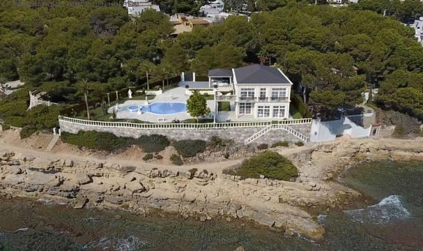 schlossartige Villa mit Pool