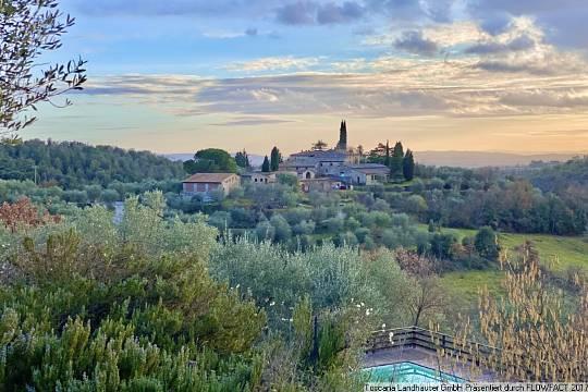 Charmantes historisches Anwesen im Herzen des Chianti mit Agriturismobetrieb, Wein und Oliven