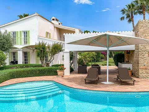 Blick vom Pool auf das Haus