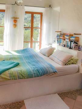 Schlafzimmer mit großen Fenstern im OG