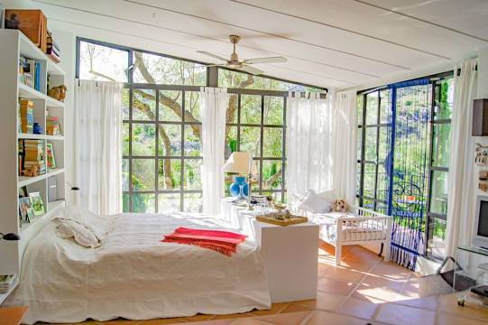 Lichtdurchflutetes Schlafzimmer im EG