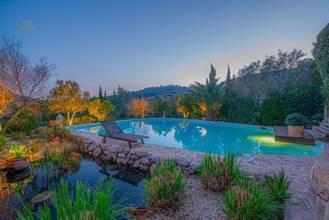 Poolbereich mit schöner Beleuchtung bei Dämmerung