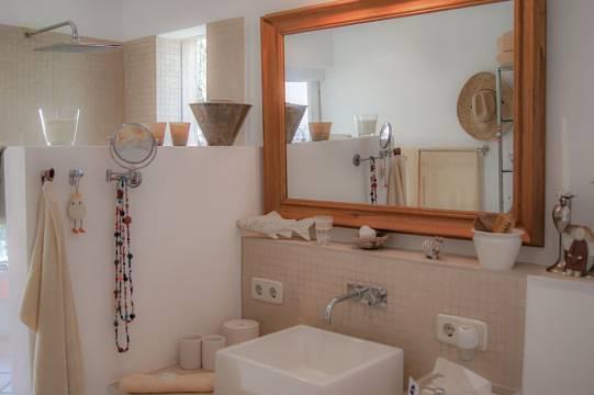 ...modernem Bad en Suite mit Dusche