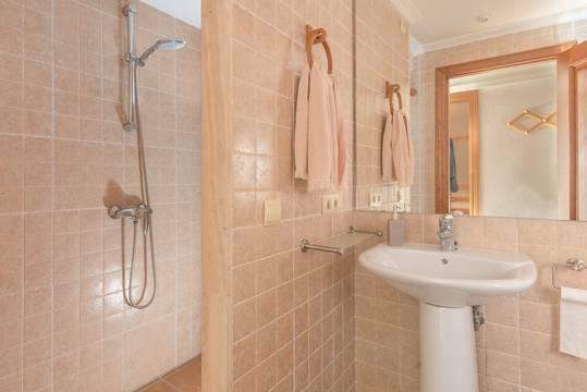 Badezimmer mit Dusche im Untergeschoss