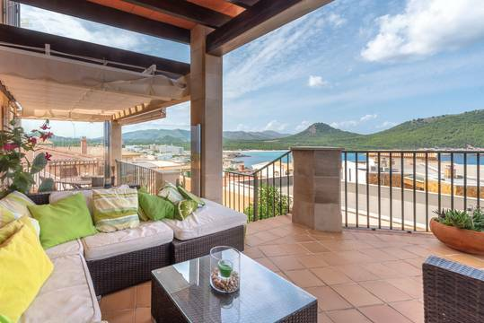 ...sowie zur gemütlichen Lounge mit Blick auf die Bucht