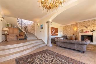 Eingangsbereich mit edler Marmortreppe