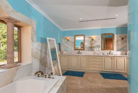 ...und mit Badezimmer mit Dusche, Wanne...