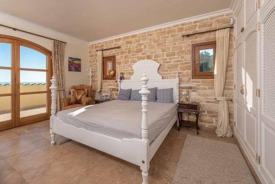 Master-Suite im Obergeschoss mit Zugang zur Terrasse...