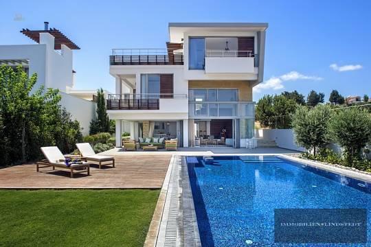 Terrasse und Poollandschaft