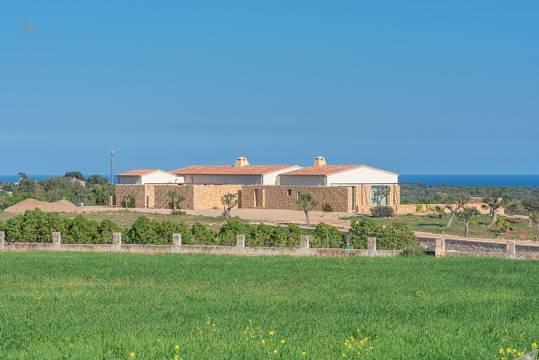 Anwesen mit Meer im Hintergrund