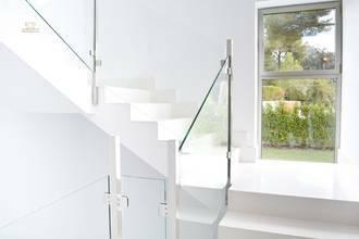 Helles Treppenhaus mit Aufzug