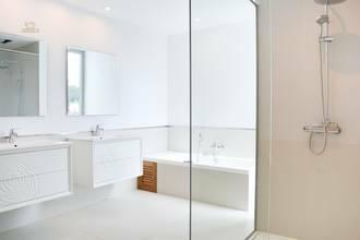 ... elegantes Bad mit Dusche, ...