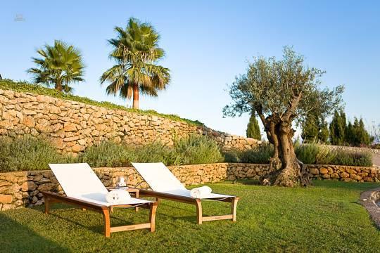 ...mit schöner Grünfläche zum Sonnenbaden