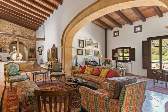 Wohnbereich mit antikem Mobiliar...