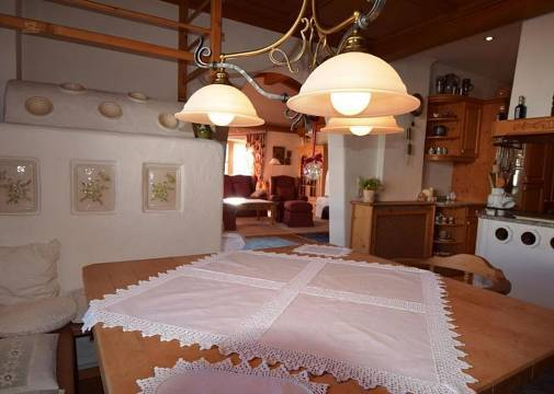 Tiroler Stube mit Kachelofen