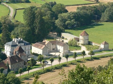 Das Château mit Nebengebäuden